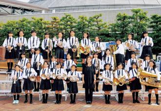 岐阜市で行われた東海大会の記念写真。6年生11人は「泊まりで行った東海大会が一番の思い出」と口を揃えます。帽子やネクタイなど大会衣装の一部は保護者の手作りです